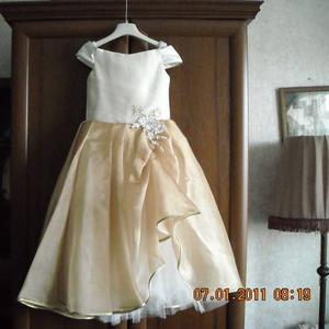 Продам нарядное платье для девочки на 4-6 лет